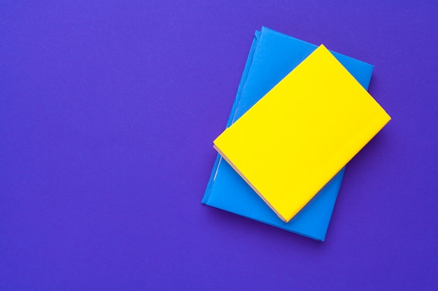 Gelbe und blaue leere bücher Premium Fotos
