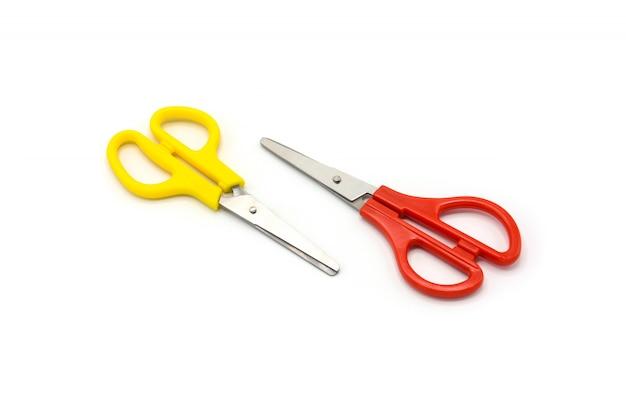 Gelbe und rote plastikscheren lokalisiert auf weißem hintergrund Premium Fotos