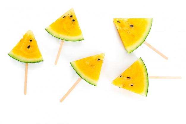 Gelbe wassermelone auf weiß Premium Fotos