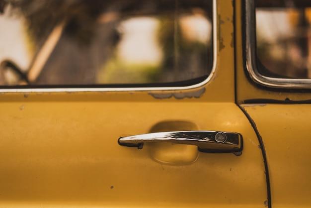 Gelbe weinleseautotürgriffzusammenfassung Premium Fotos