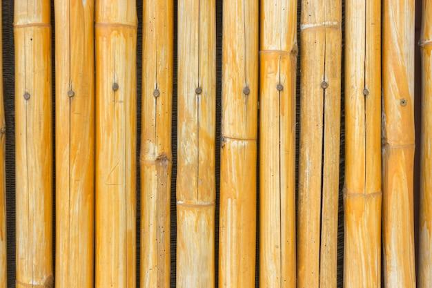 Gelber bambuszaunhintergrund Premium Fotos