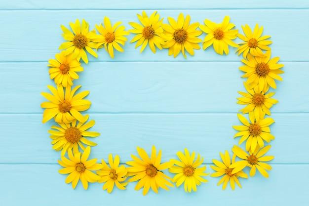 Gelber gänseblümchenrahmen der draufsicht Kostenlose Fotos