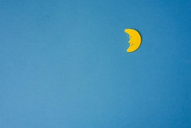 Gelber halbmond gegen blauen nächtlichen himmel. bewerbungsunterlagen rechts. Premium Fotos