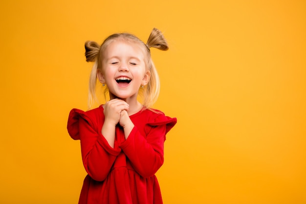 Gelber hintergrund des babyportraitisolats. Premium Fotos