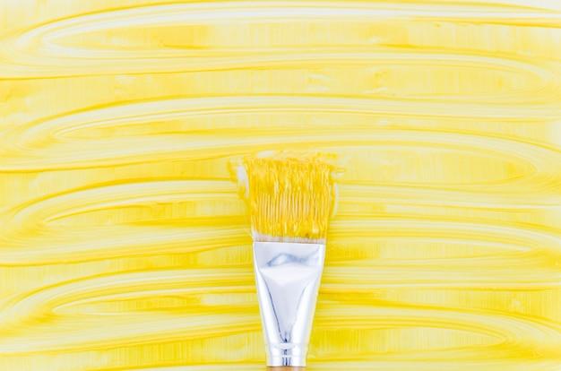 Gelber lackhintergrund mit pinsel Kostenlose Fotos