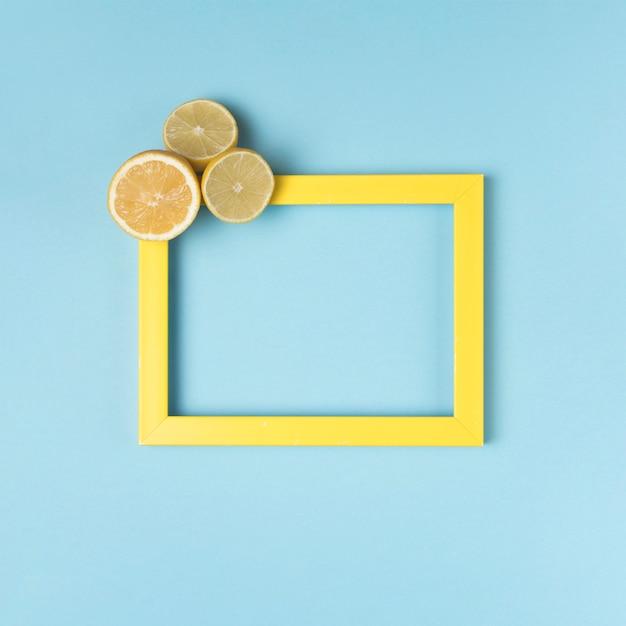 Gelber rahmen mit geschnittenen zitronen Kostenlose Fotos