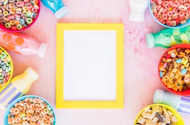 Gelber rahmen mit schüsseln müsli und milch Kostenlose Fotos