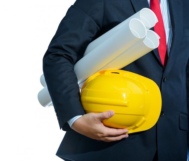 Gelber sturzhelm des ingenieurs für arbeitersicherheit mit den bauplänen lokalisiert Premium Fotos