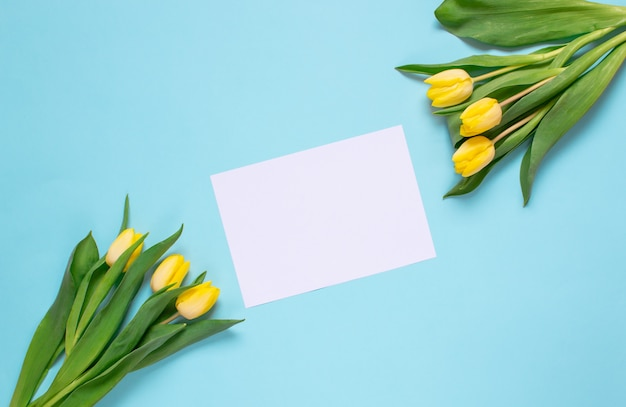 Gelber tulpenblumenstrauß, frühlingszeit. ostertag-konzept. ansicht von oben. kopieren sie platz. Premium Fotos