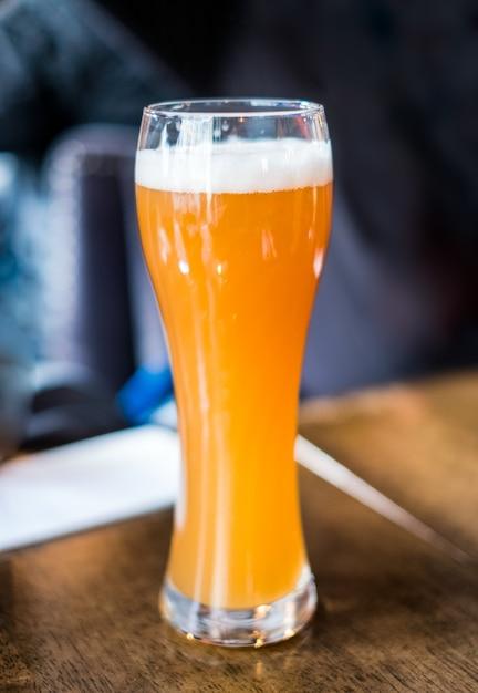 Gelbes bier vom fass mit schaum im glas Premium Fotos