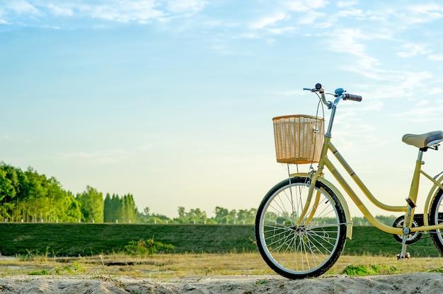 Gelbes fahrrad und sonnenuntergang am abend des winters mit schlüsselkopienraum Premium Fotos