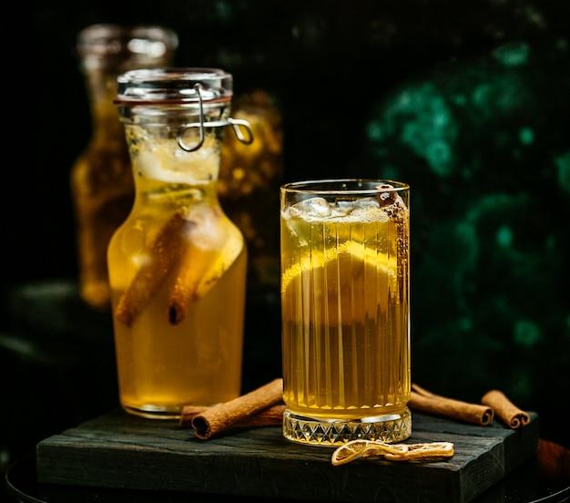 Gelbes getränk mit zitrone und zimt Kostenlose Fotos
