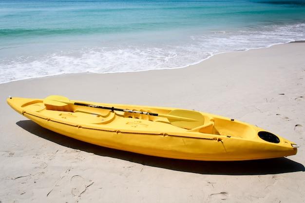 Gelbes kajak am strand Premium Fotos