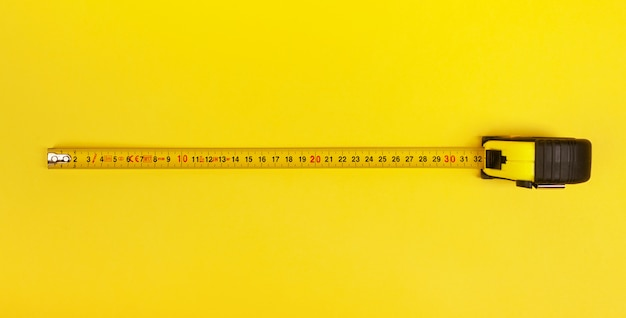 Gelbes messendes band auf gelb Premium Fotos