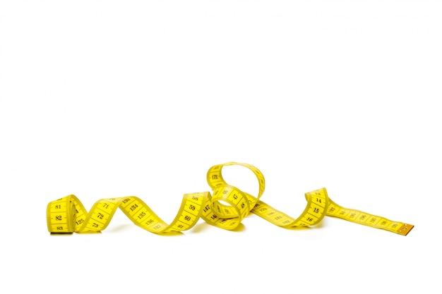 Gelbes metrisches messendes band lokalisiert auf weißem panoramahintergrund Premium Fotos