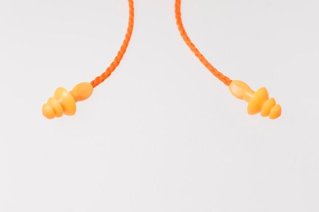 Gelbes ohrsteckerisolat auf weiß Premium Fotos