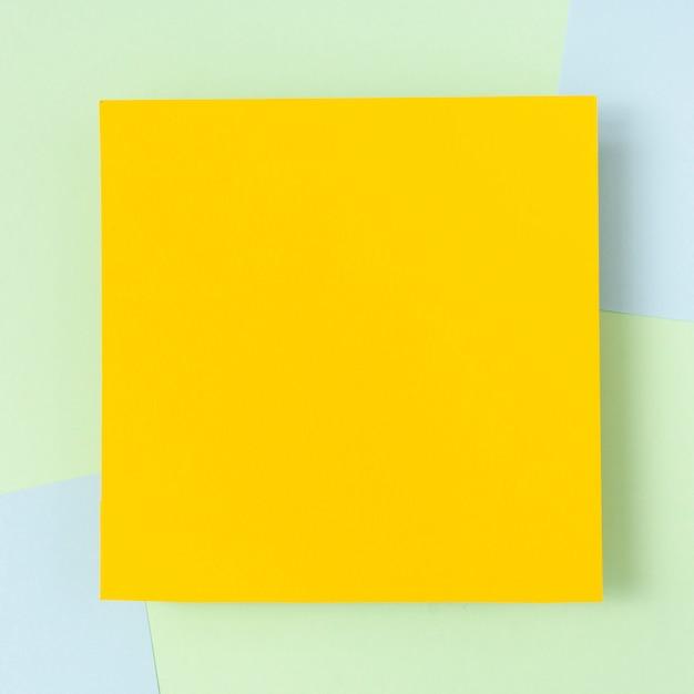 Gelbes pappblattmodell Kostenlose Fotos