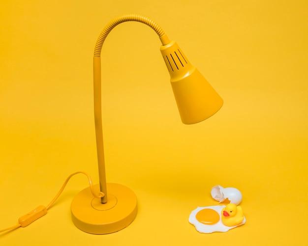 Gelbes stillleben des eies unter lampe Kostenlose Fotos