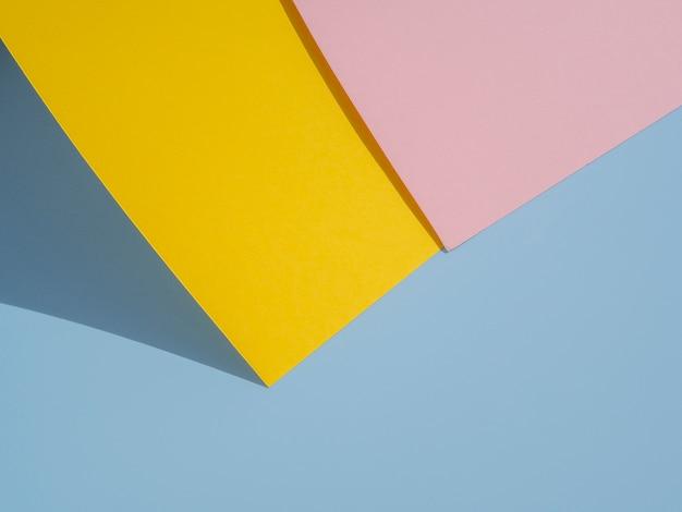 Gelbes und rosa polygonpapierdesign Kostenlose Fotos