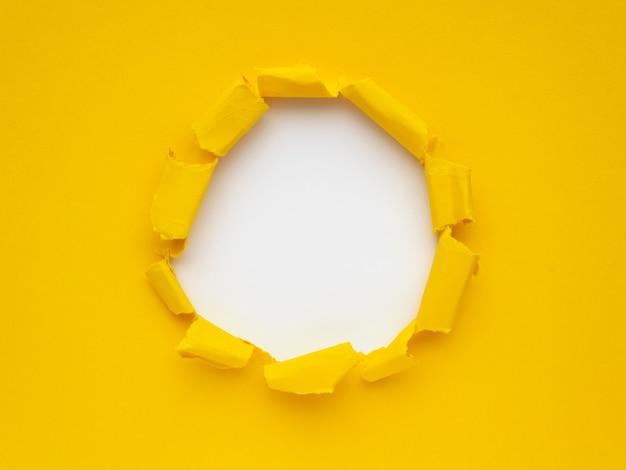 Gelbes zerrissenes papier auf weißem hintergrund. platz für text oder bild Premium Fotos