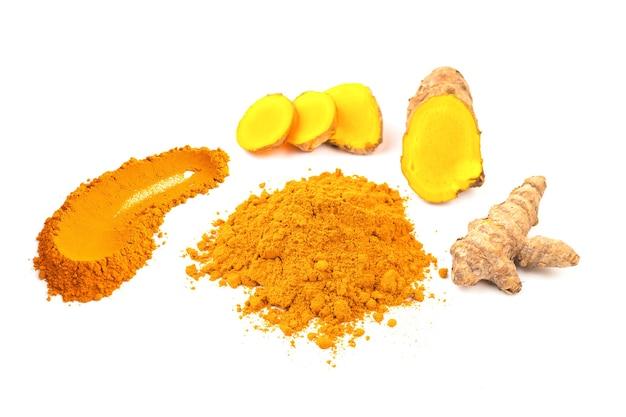 Gelbwurzpuder und frische gelbwurz (kurkuma) lokalisiert auf weißem hintergrund Premium Fotos