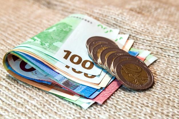 Geld euro-münzen und banknoten in verschiedenen positionen aufeinander gestapelt. geld. Premium Fotos
