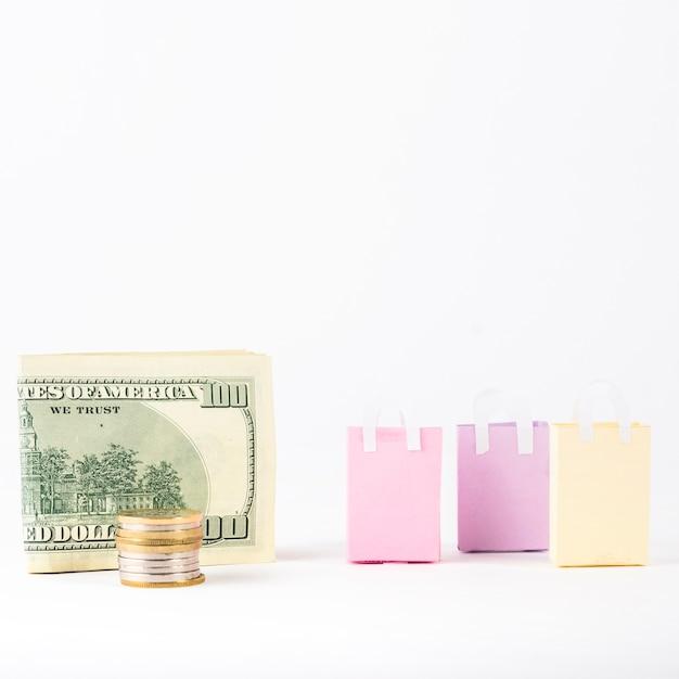 Geld mit einkaufstaschen auf tabelle Kostenlose Fotos