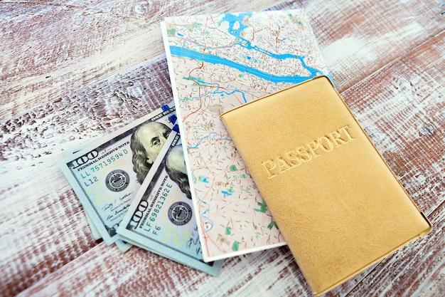 Geld, pass und karte für reisekonzept, draufsicht Premium Fotos