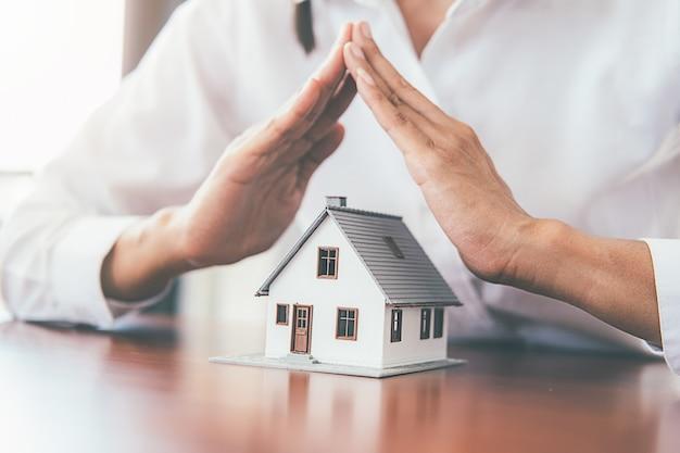 Geld sparen für haus und immobilien. Premium Fotos