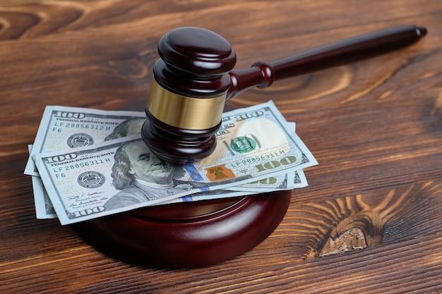 Geld unter dem richterhammer als konzept der justizkosten Premium Fotos