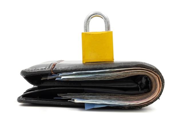 Geldbörse mit vorhängeschloß auf einem weißen hintergrund. konzept der finanzsicherheit Premium Fotos