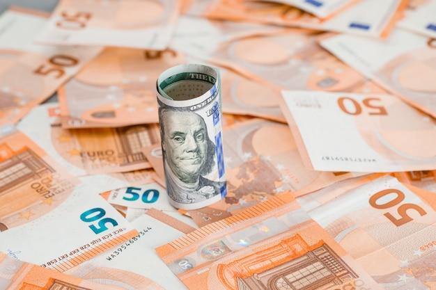 Geldrolle auf grauem und banknotentisch. Kostenlose Fotos