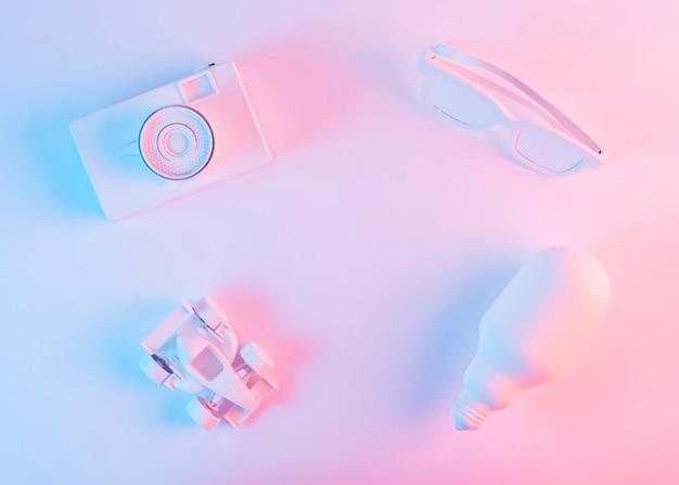 Gemalte weiße kamera; brille; auto der formel 1 und glühlampe gegen rosa hintergrund Kostenlose Fotos