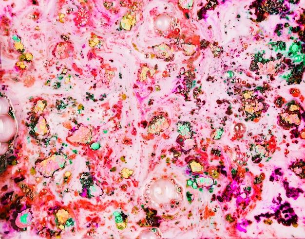 Gemaltes rosafarbenes pulver in dunklem wasser Kostenlose Fotos