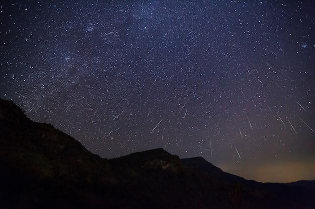 Geminid meteor am nachthimmel Premium Fotos
