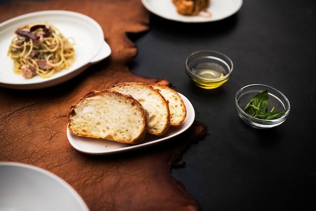 Gemischte italienische essen platten auf dem tisch Kostenlose Fotos