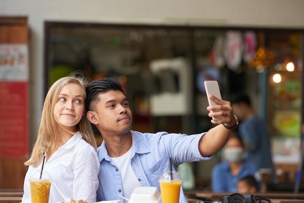 Gemischte paare, die selfie nehmen Kostenlose Fotos