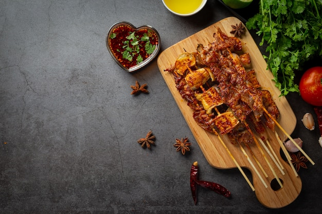 Gemischter grill mit gewürztem mala, sichuan-pfeffer, chinesischen gewürzen. Kostenlose Fotos