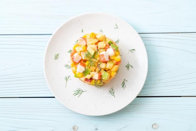 Gemischter obstsalat mit krabbenstäbchen (apfel, mais, papaya, ananas) Premium Fotos