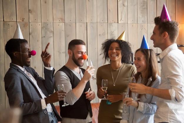 Gemischtrassige verschiedene freunde scherzen lachend spaß celebrati Kostenlose Fotos