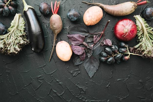 Gemüse auf dunklem hintergrund Kostenlose Fotos