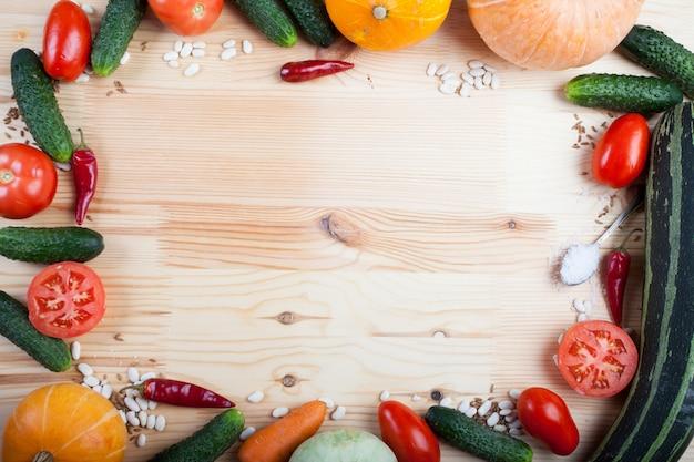 Gemüse auf einem holzbrett Premium Fotos