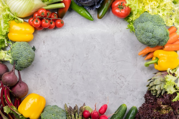 Gemüse auf grauer oberfläche Premium Fotos