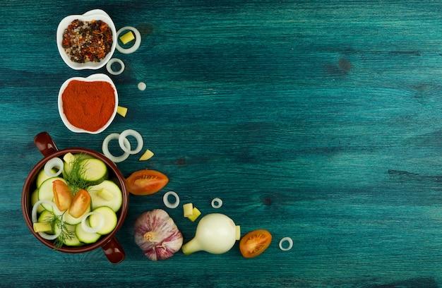 Gemüse auf hintergrund. frisches gemüse und gewürze auf einer holzfläche. leerzeichen kopieren Premium Fotos