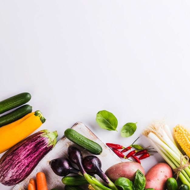 Gemüse auf holzbrett Kostenlose Fotos
