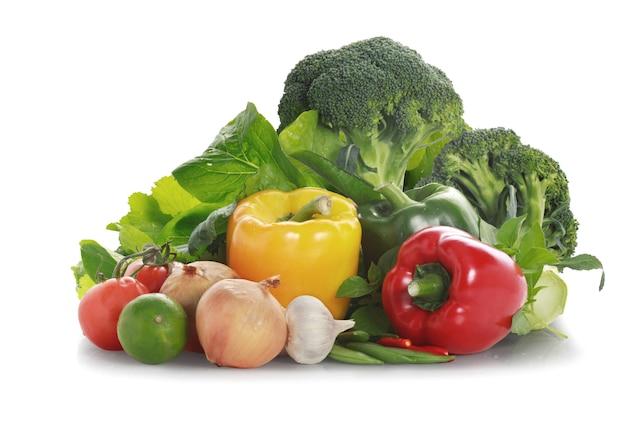 Gemüse auf weißem hintergrund Premium Fotos