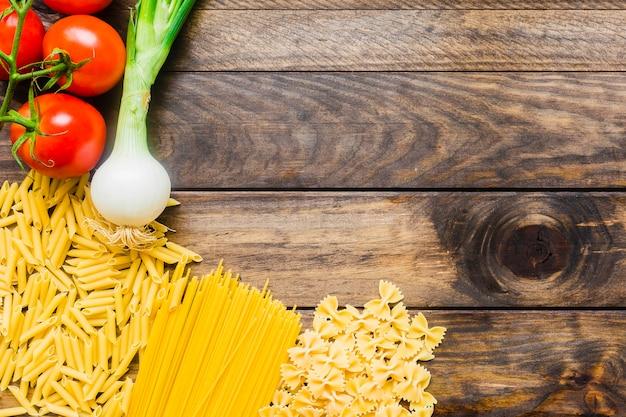 Gemüse, das nahe rohen teigwaren liegt Kostenlose Fotos