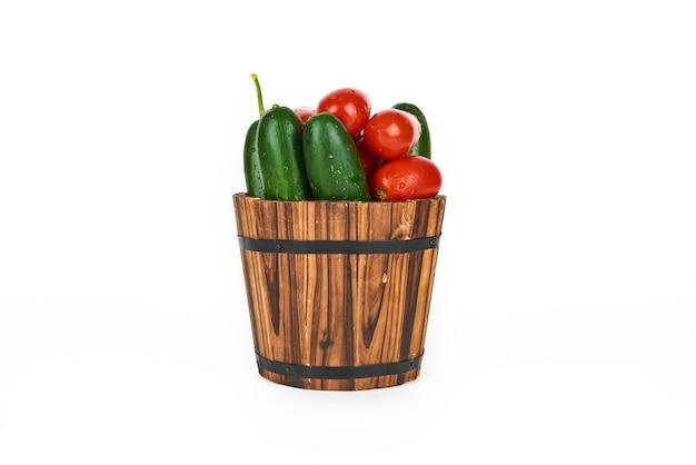 Gemüse im hölzernen eimer auf einem weißen. Kostenlose Fotos