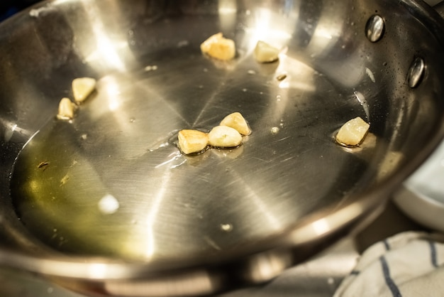 Gemüse im wok mit öl anbraten Premium Fotos