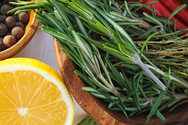 Gemüse und kräuter als zutaten für hühnerteller rezept Premium Fotos
